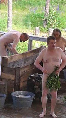 Miehet Putkinotkon saunassa