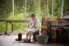 Mummo liottaa varpaitaan ja syvämmeen koskoo