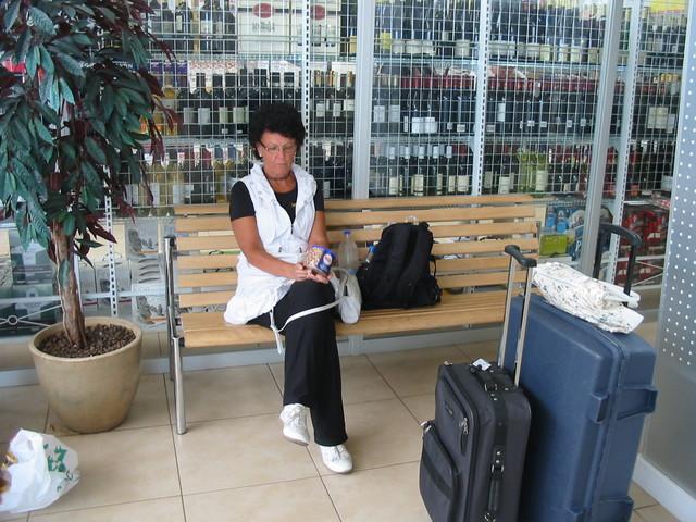 Satunainen matkailija odottaa kotiin lähtöä