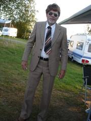 Puheenjohtaja 60 luvun tyyliin pukeutuneena