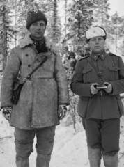 Simo Häyhän komppanianjohtaja Aarne Juutilainen sekä komppanian pastori Antti Rantamaa.