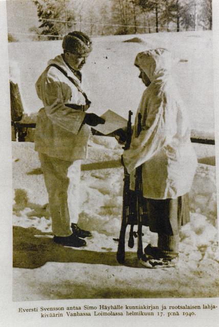 Ruotsalainen liikemies herra Eugen Johansson lahjoitti Sako-merkkisen tarkkuuskiväärin Simo Häyhälle. Aseen ojentaa eversti Antero Svensson.