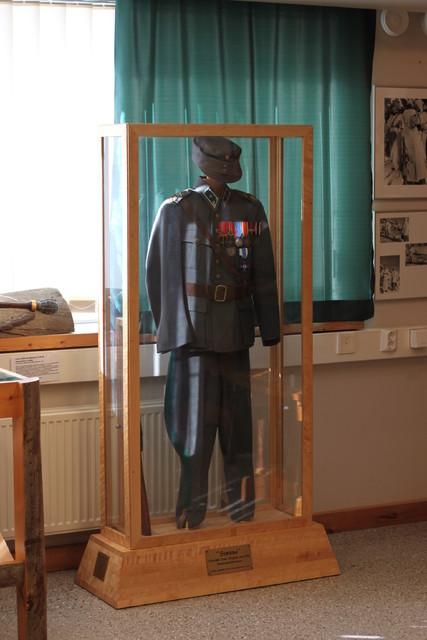 Häyhän vänrikin puku paraatipaikalla Kontiorannan perinnehuoneessa.