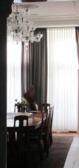 Valo siivilöityy kauniisti ruokasaliin