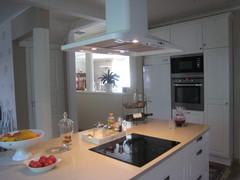 Näkymä olohuoneeseen päin - valoa tulee keittiöön myös sieltä suunnalta