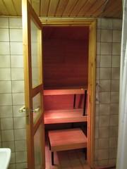 Pesutilat ennen remonttia, näkymä saunaan.