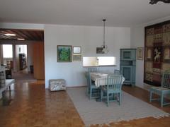 Olohuone ennen. Keittiö siirrettiin tilavan olohuoneen puolelle ja entisestä keittiöstä saatiin perheen tyttärelle huone.