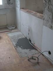 Keittiön kaapistot poistettu ja vesijohdot ja viemäröinti siirretty seinän toiselle puolelle.