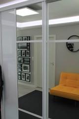 Eteinen remontin jälkeen. Lisää säilytystilaa on saatu, valaistusta lisätty ja ilme maalattu raikkaammaksi. Piristeenä keltainen tuoli.