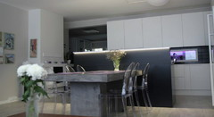 Uusi keittiö ja ruokailutila olohuoneesta päin.
