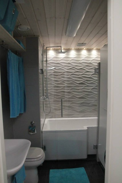 Pesuhuone-kodinhoitohuone remontin jälkeen. Pyykkihuolto jää oikealle ja toimii tehokkaasti. Saunan tilalla on amme ja suihku.