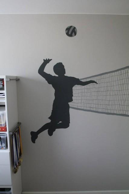 Seinän kuva kertoo pojan harrastuksesta.