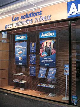 Telemyymälä. Ikkunasomistusratkaisu julisteille ja tuotteille.
