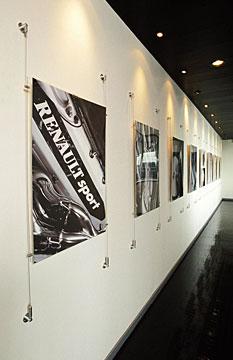 Renault F1 esittelytila. Seinädisplayt julisteille.