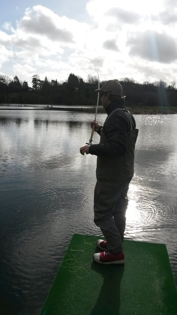 Fishing reservoir with 2-handed