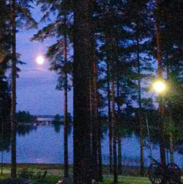 ilta laskeutuu puruveden ylle