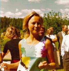 Lea Lipsanen (nyk. Himberg) kaatamassa kahvia