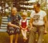 Aune ja Toivo Lipsanen lapsenlapsensa, Martin tytär Tanjan kanssa