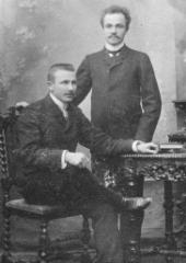 Kauppaneuvos  August Lipsanen (istumassa)