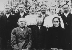 Leinolan Antti Lipsasen s. 1771 jälkeläisiä: Joroisten haara. Muuttaneet Hännilä Kansalasta Joroisiin.  Matti Lipsasen perhe, Juudinniemen perhe, kuva otettu noin 1920.