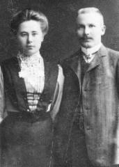 Kihlakuva, kauppaneuvos August Lipsanen s.23.6.1876, k. 11.8.1948 ja hänen vaimonsa Impi (s Huida s.27.5.1889, k. 15.4.1960, vihitty 31.7.1910 Porissa.