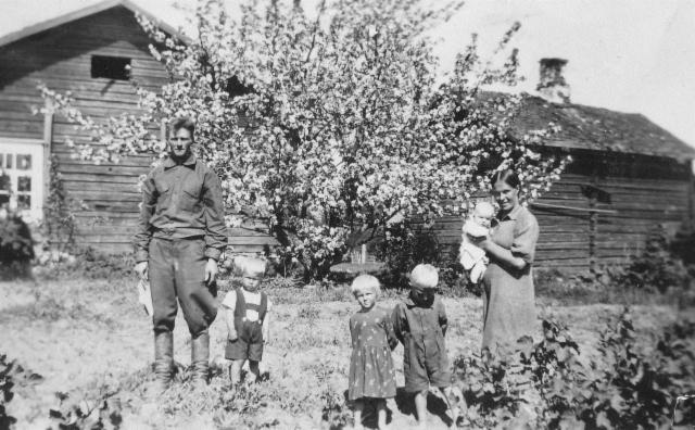 """Kiteen haaran """"kantaisä"""" Antti Lipsasen (s.1855 Juvalla) Kiteen koti n. 1940, kuvassa Juho Taavetti, Elma Kaarina ja ilmeisesti Ensi, Eeva, Ossi ja Irma"""