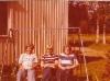Airi Kantanen: Anja  Lipsanen, Pirkko Hänninen  ja Helena Lipsanen meidän kotipihan keinussa joskus 1970-luvulla