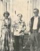Airi Kantanen:kuvassa 1977 oikealla mina, äiti, Veikko kotiovenedessä