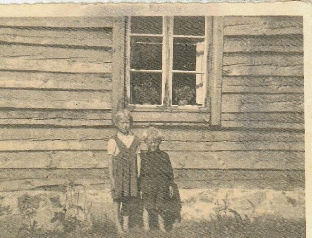 Airi Kantanen: Tässä olemme veljeni Veikon kanssa  kotini ikkunan alla