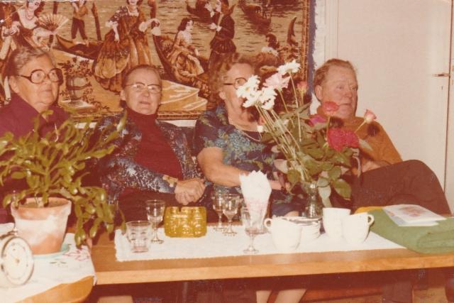 Airi Kantanen: äidin sisko ja Lipsasen tyttoja,vas Aini Purhonen, aiti Ada Hänninen, Aune Hirvonen Joensuusta minun kummitäti ja Kalle Lipsanen Jyrinaho