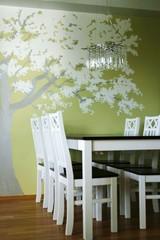 Valkohopean omenapuun katveessa