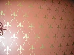 Sabluunalla kuvioitu seinä