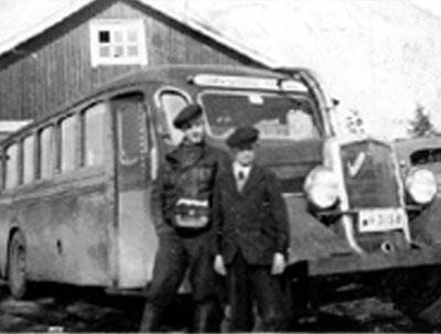 Toivo Talka rahastajalaukku kaulassa Turkujen autotallilla.