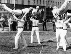 Voimistelujuhlat Helsingissä 1934. Uuno Talka edessä keskellä.