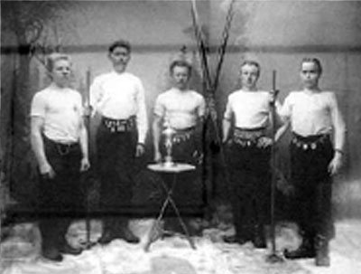 Vasemmalla Antti Talka. Kuva otettu 1910.