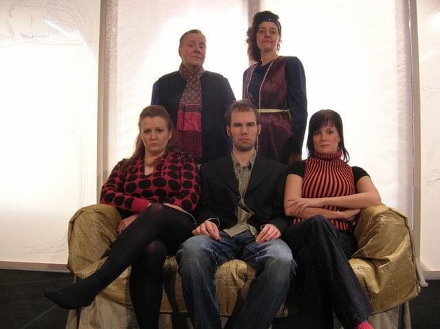 Perhekuva. Kotiin ennen pimeää 2010.