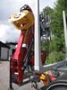 Z nosturi on kiinnitetty autoon sisäpuoliselle hydraulitelineelle.