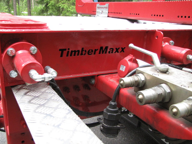 TimberMaxx maaliviimeistelyllä ja hydtauliikkasylinterijarruisilla nosturitupeilla.