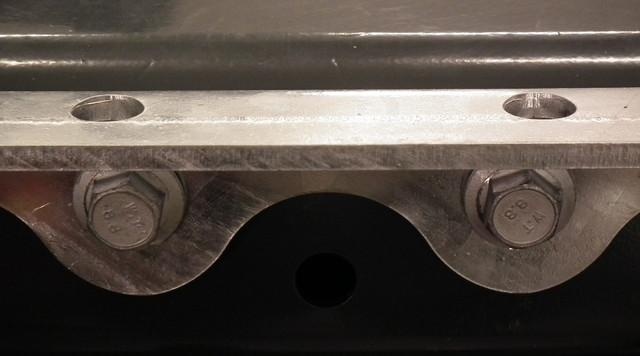 TimberMaxx XXL 100 kiinnikkeen kiinnityskisko tukee runkorakennetta.
