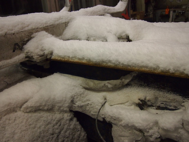 Lumikuorma kerääntyy auton ja perävaunun alustarakenteisiin