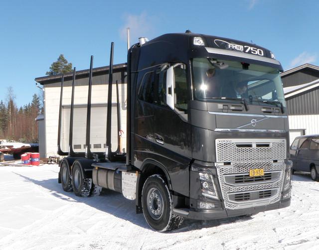 Volvo FH -esittelykiertue kiertää Suomen 27.3.-22.5. - mukana koeajossa mm. tämä FH16 puutavara-auto matalalla TimberMaxx 100 mm apurungolla  ja Terminator XXL pankoilla = huima kuormatila!