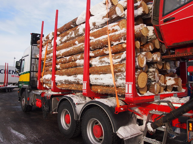 Terminatoreitten tolppamuotoilu ja liukuestepinnat myös tolpissa tuo säästöä ja liikenneturvallisuutta. Kuorma pysyy paikoillaan.