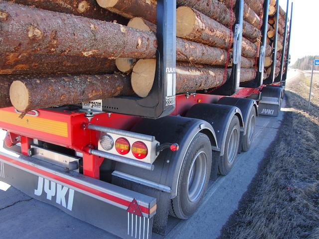 Viisiakseliset puutavaraperävaunut lisääntyvät nopeasti. Ensimmäiset liikkuvat jo teillämme.