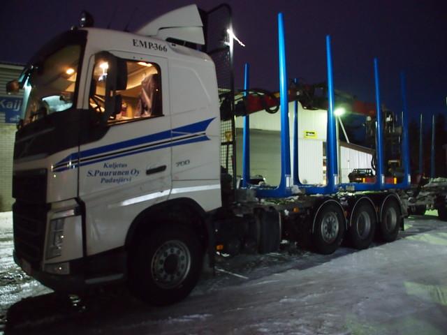 Kuljetus Sampo Puurusen 700 Hevosvoimainen trippeliVolvo on varustettu matalalla puuautohytillä ja sen teräksenluja varustepaketti on tilava ja luja.