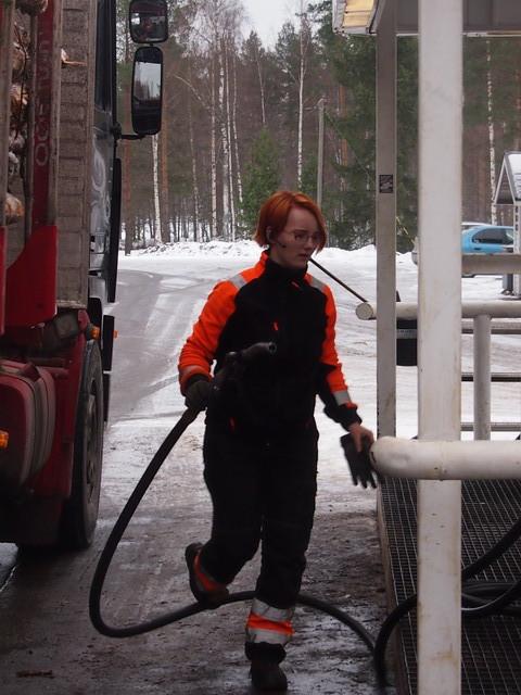 Tankki on täynnä ja matka jatkuu. Jasmin ohjastaa Kagasniemekäisen puunkuljetusliike M. Hartikaisen siirtoautoa - nosturinkäyttö on lähiaikojen haaste.