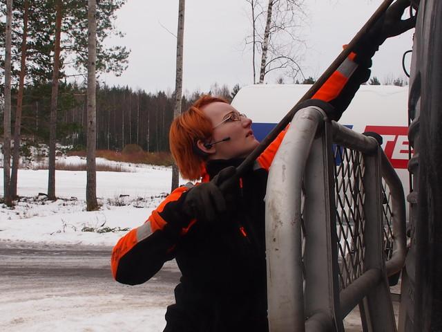 Tuulilasi kirkkaaksi ja polulle.Auton kuljetaja Jasmin Virtanen huoltaa ajokkinsa hyvin.