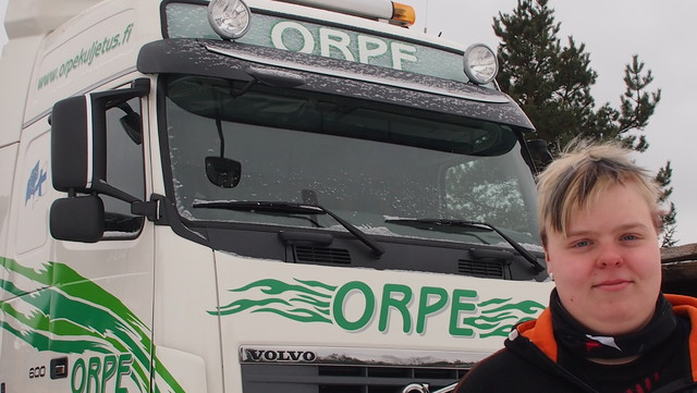76 tonninen siirtoauto Suomen suurimmalla kuormatilalla - ja tämän tytön käsissä !!!