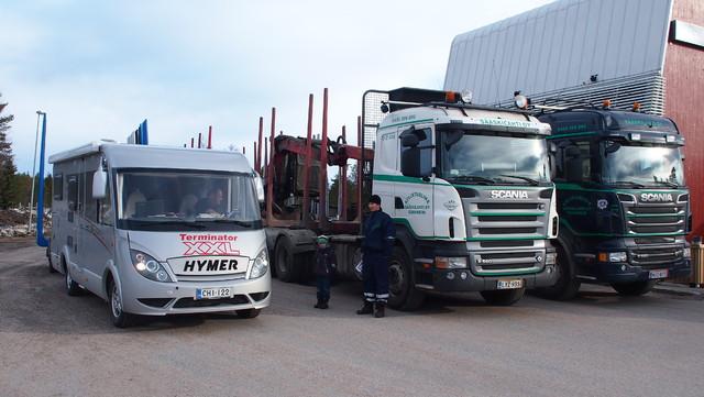 Puuautot tukkikuormien noutoon Kittilän sahalle. Lankalauantai klo 08.30