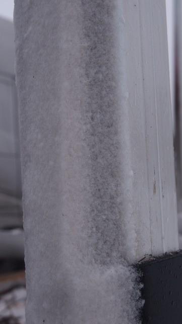 Lumi muotoilee kanttista tolppaa aerodynaamisempaan muotoon.