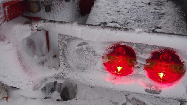 Pikku muodonmuutos, ja käsinputsaus jää tarpeettomaksi. Lumi palaa lamppujen päälle ajossa muutaman kilometrin jälkeen.